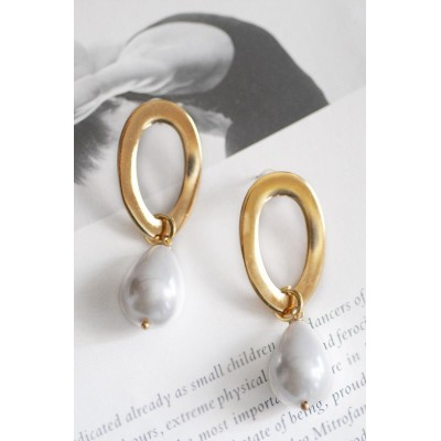 THE OVAL HOOP & PEARL EARRING